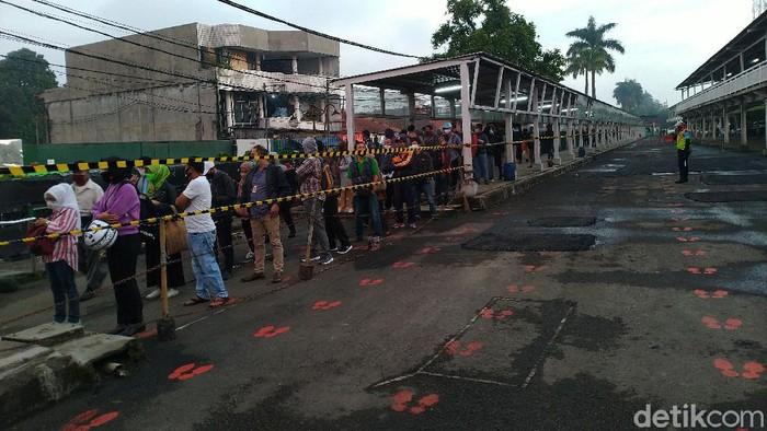 Antrean panjang di Stasiun Bogor pagi ini, 7 Juli 2020.