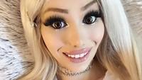 Penampilan Bak Barbie, Wanita Ini Dianggap Terlalu Seksi untuk Kerja Kantoran