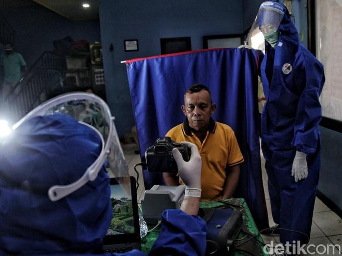 Pandemi COVID-19 tak kendurkan aktivitas petugas Dukcapil di Jakarta Utara untuk melayani masyarakat. Salah satunya dengan Layanan jemput bola perekaman e-KTP.