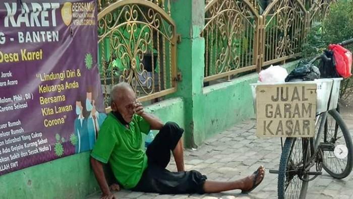 Kisah Haru Kakek Penjual Garam di Tangerang