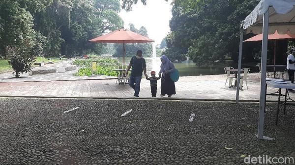 Kebun Raya Bogor memiliki tempat-tempat menarik, di antaranya taman anggrek, museum zoologi, tugu raffles, makam belanda, kolam gunting. Harga tiket masuknya yaitu Rp 15.000 (M. Sholihin/detikcom)