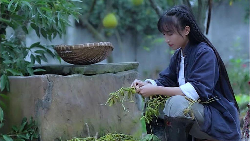 Tampilkan Kehidupan Gadis Desa, YouTuber Cantik Dapat Rp 72 Miliar