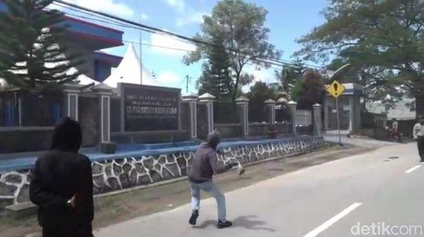 Massa tolak TKA China kembali geruduk Kantor Imigrasi Kendari (Sitti Harlina-detikcom).
