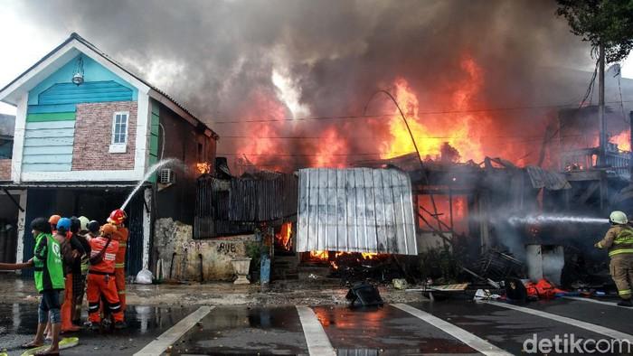 Sebanyak 40 toko yang berada di kawasan Manggarai, Jakarta Selatan, ludes terbakar. Begini momen-momen saat petugas pemadam kebakaran berjibaku memadamkan api.