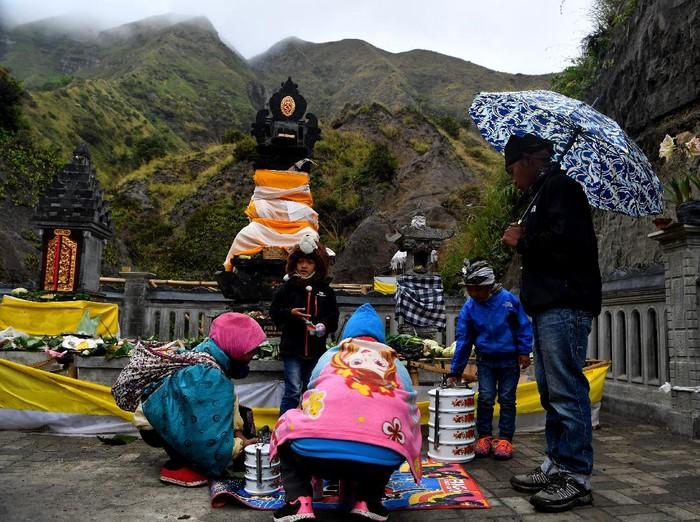 Warga menunggu sesaji yang dilempar di kawah untuk diambil saat ritual adat Yadnya Kasada di Tengger, Gunung Bromo, Probolinggo, Jawa Timur, Senin (6/7/2020). Upacara lelabuh pada rangkaian ritual Yadnya Kasada itu, sebagai sesembahan suku Tengger kepada Sang Hyang Widhi. ANTARA FOTO/Budi Candra Setya/hp.