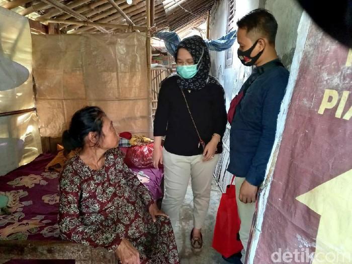Niti (52) wanita yang tinggal di kandang bebek, Brebes, Selasa (7/7/2020).