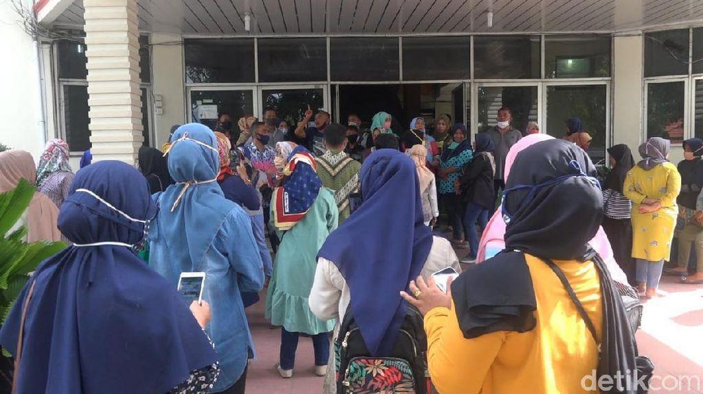 Kecewa Sistem Zonasi PPDB, Ratusan Wali Murid Ngadu ke DPRD Padang