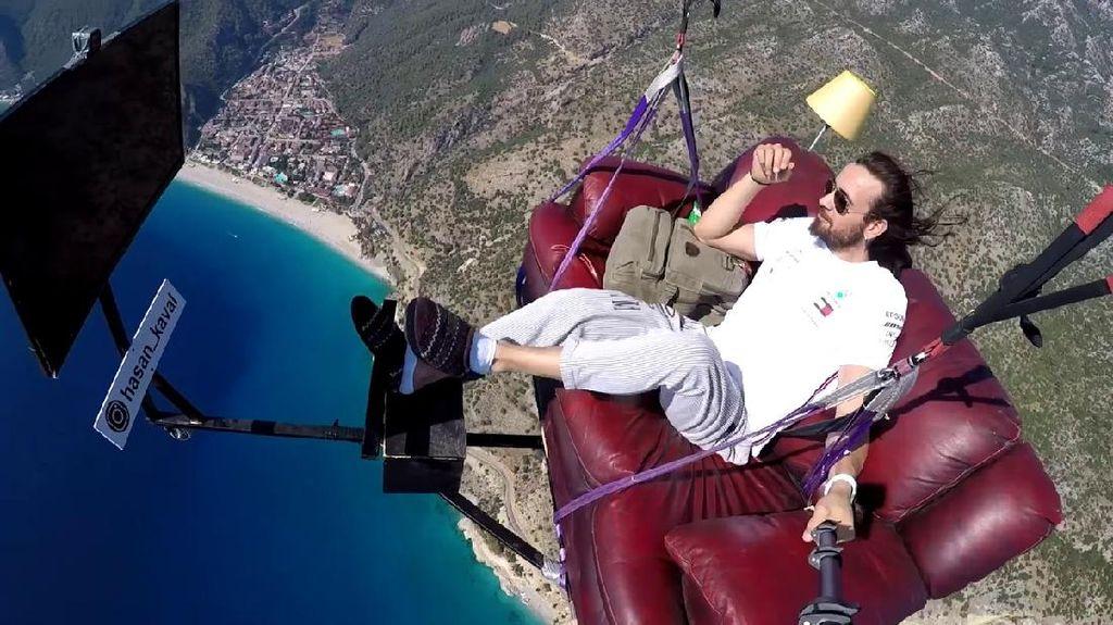Paralayang Sambil Ngemil di Udara, Aksi Pria Ini Langsung Viral
