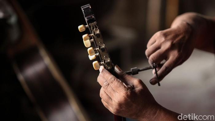 Bisnis reparasi gitar kembali bergeliat khususnya saat pandemi Corona. Iwan Fals aja sering lho reparasi gitarnya di tempat ini. Penasaran?