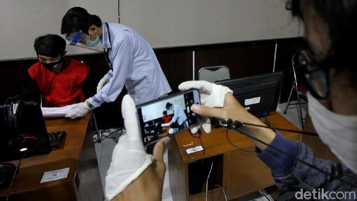 Sejumlah penyandang tuna netra mengikuti ujian SBMPTN. Ujian dilaksanankan dengan standar protokol kesehatan yang ketat.