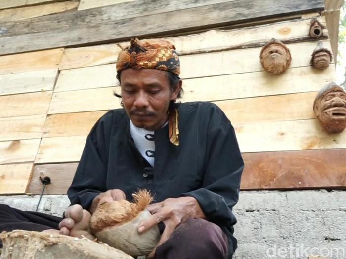 Perajin asal Subang sulap sampah kelapa jadi karya seni