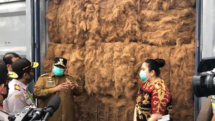 Untuk pertama kalinya Kementerian Pertanian melalui karantina Pertanian Kendari memfasilitasi proses ekspor serabut kelapa sebanyak 18 ton dari Sulawesi Tenggara.
