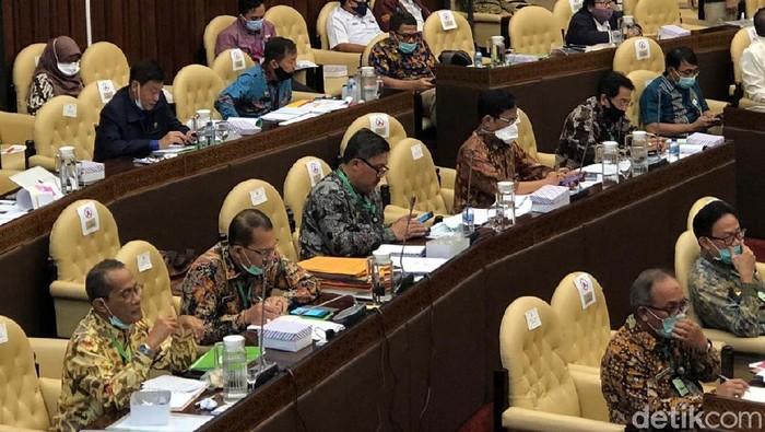 Jajaran Kementerian Pertanian mengikuti rapat kerja dengan Komisi IV DPR RI. Dalam kesempatan itu Mentan Syahrul Yasin Limpo memakai kalung antivirus Corona.