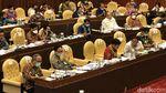 Potret Jajaran Kementan Pakai Kalung Antivirus saat Rapat di DPR