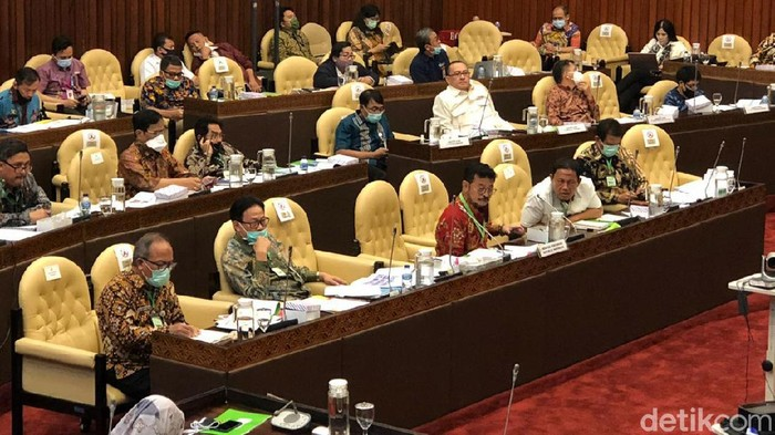 Jajaran Kementerian Pertanian mengikuti rapat kerja dengan Komisi IV DPR RI. Dalam kesempatan itu Mentan Syahrul Yasin Limpo memakai kalung 'antivirus' Corona.