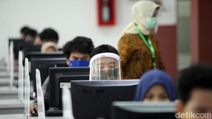 Ujian tes berbasis komputer (UTBK) untuk masuk universitas digelar di UPN Veteran Jakarta. Tes tersebut digelar dengan menerapkan protokol kesehatan.