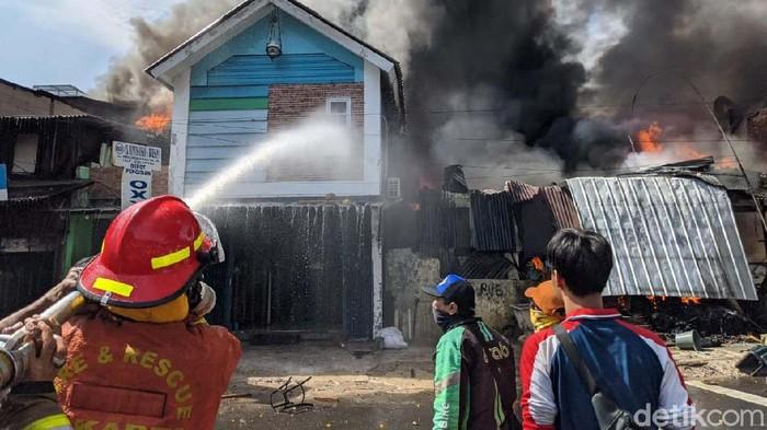 Sebuah toko di Jalan Minangkabau Barat, Manggarai, Jakarta Selatan, terbakar, Selasa (7/7). Asap hitam membumbung tinggi.