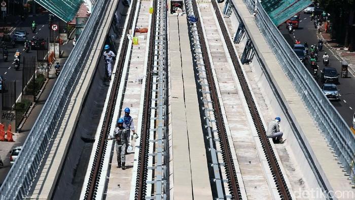 Sejumlah pekerja tengah menyelesaikan pengerjaan di lintasan kereta Light Rail Transit (LRT) Jabodebek di Jalan HR Rasuna Said, Jakarta, Selasa (7/7/2020).