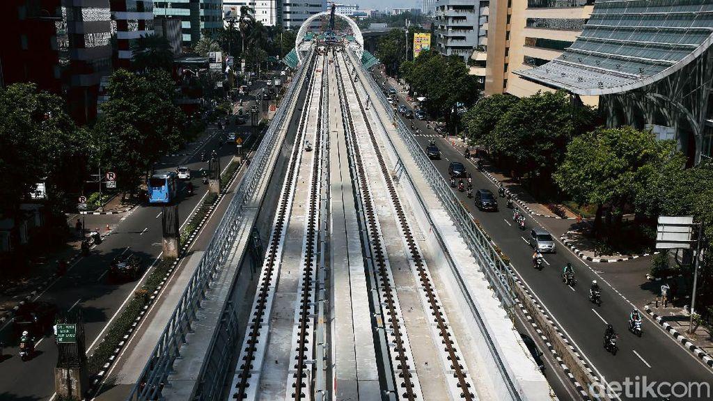 Sudah Dipasangi Rel, Begini Penampakan Proyek LRT di Kuningan