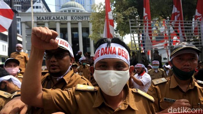 Ratusan kepala desa berdatangan ke Gedung Mahkamah Konstitusi, Jakarta. Kedatangan mereka untuk mengawal proses judicial review atau uji materi UU Corona.