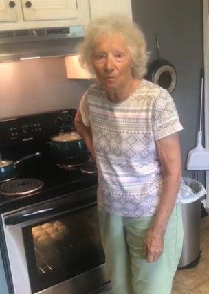 Nenek 77 Tahun Bagikan Resep Biskuit Kuno