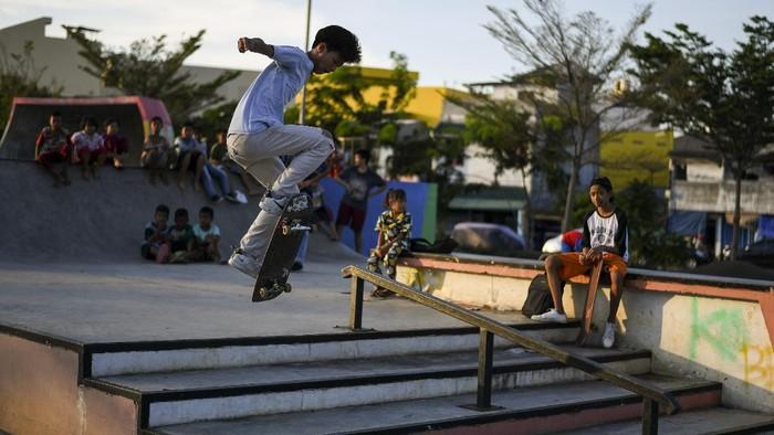 Seorang warga bermain skateboard di ruang terbuka hijau (RTH) Kalijodo, Jakarta, Selasa (7/7/2020). RTH Kalijodo menjadi lokasi yang ramai dikunjungi warga PascaPemprov DKI Jakarta membuka kembali sejumlah RTH di DKI Jakarta setelah ditutup akibat COVID-19. ANTARA FOTO/Wahyu Putro A/hp.