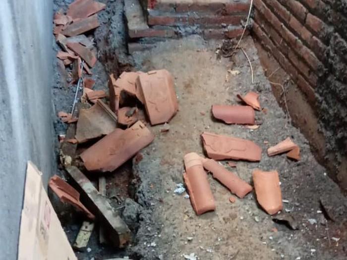 Rumah warga, Sulistyono, RT 26 RW 05 Dukuh Sukorejo, Desa Raguklampitan ,Kecamatan Batealit yang gentengnya rusak akibat gempa M 6,1, Selasa (7/7/2020).