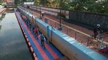 Dispar: Pesepeda Lintasi Trotoar Apung di Palembang Saat Kegiatan Diskominfo