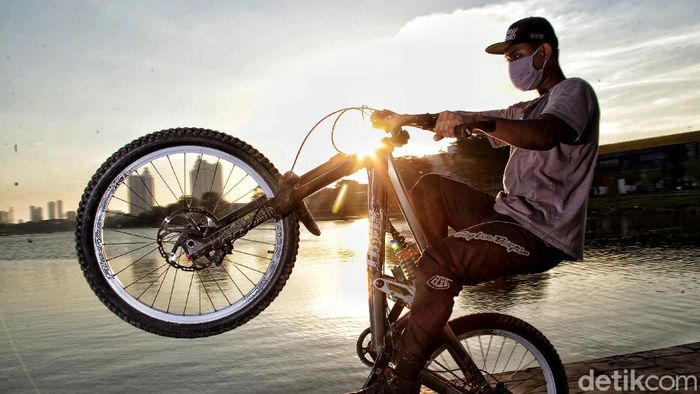 Saat memasuki masa new normal, spot baru menikmati sunset (matahari tenggelam) banyak dinikmati warga untuk berolahraga atau bersantai.