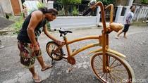 Kreatif! Warga Sukoharjo Ini Buat Sepeda Berbahan Kayu Bekas