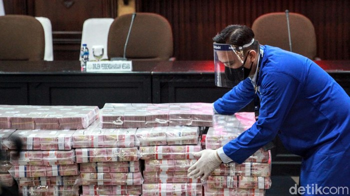 Kejaksaan Agung mengeksekusi barang bukti terpidana kasus korupsi kondensat, Honggo Wendarto. Kejagung mengeksekusi kilang minyak dan uang senilai Rp 97 miliar.