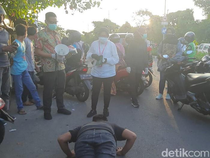 Wali Kota Surabaya Tri Rismaharini melakukan sidak pemggunaan masker ke jalan. Sambil sidak, Risma juga membagikan masker.