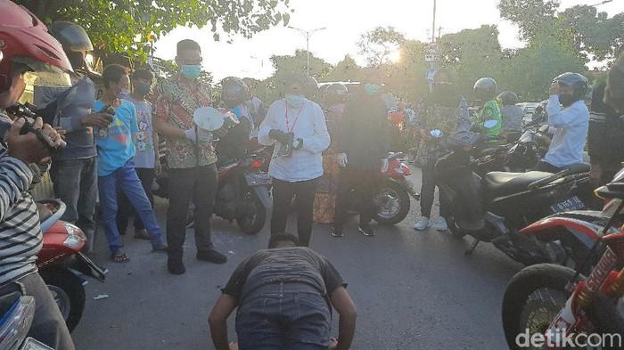 Wali Kota Surabaya Tri Rismaharini melakukan sidak kepatuhan warga akan protokol kesehatan. Salah satunya penggunaan masker di luar rumah.