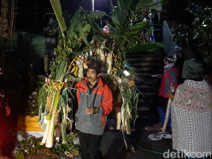 Yadnya Kasada tahun ini berbeda dengan tahun kemarin. Perayaan hari raya Hindu Tengger ini berlangsung khidmat dan sunyi di tengah pandemi Corona, karena tanpa warga luar dan wisatawan.
