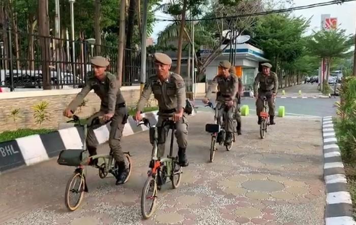 Aksi Satpol PP Makassar pakai Brompton di Losari (dok. Istimewa).