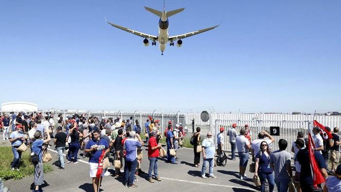 Airbus dikabarkan akan melakukan PHK kepada 15 ribu karyawannya. Sejumlah orang pun gelar aksi unjuk rasa di Bandara Toulouse Blagnac terkait rencana Airbus itu