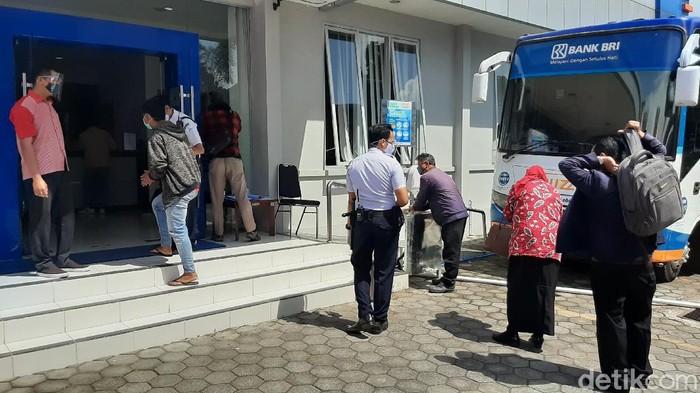 Layanan nasabah di Bank BRI Kantor Wilayah Malang berjalan normal meski sempat diterpa hoaks soal kasus COVID-19. Protokol kesehatan diterapkan untuk mencegah penyebaran COVID-19.