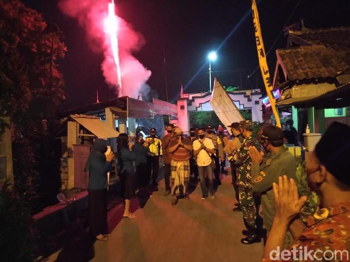 Solidaritas warga Dusun/Desa Bendung, Kecamatan Jetis, Kabupaten Mojokerto patut diacungi jempol. Betapa tidak, mereka kompak menyambut tetangganya yang sembuh dari Corona bagaikan pahlawan. Pasien tersebut sembuh setelah diisolasi selama 2,5 bulan di rumah sakit.