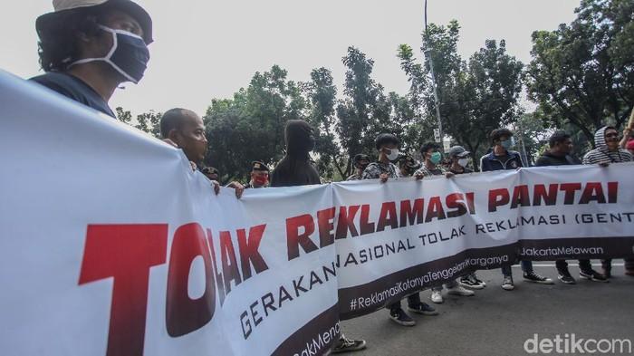 Sejumlah mahasiswa melakukan aksi demo di depan Balai Kota, Jakarta, Rabu (8/7/2020). Mereka menolak rencana reklamasi Ancol.