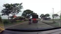 Ngeri! Detik-detik Nmax Kecelakaan karena Lubang Jalan di Pantura
