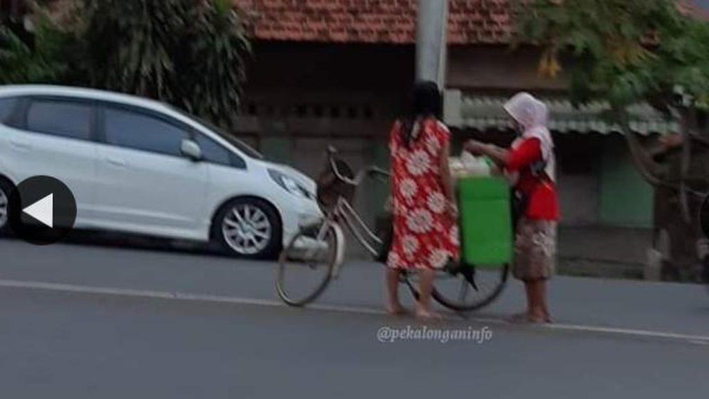 Polisi Cek Emak-emak Bakul Jamu Viral Jualan di Tengah Jalan: Bahaya!