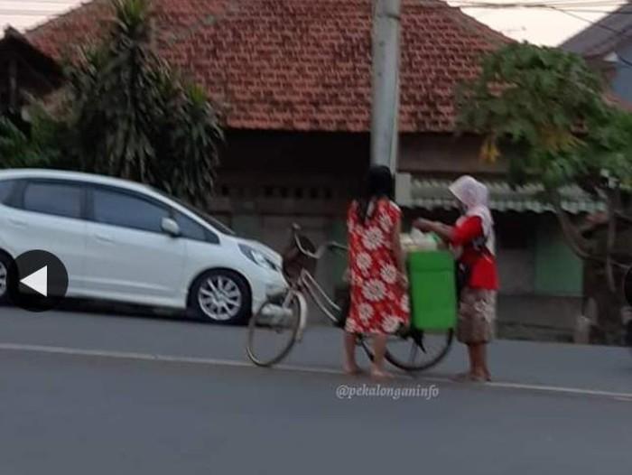 Emak-emak santuy jualan jamu di tengah jalan, Pekalongan, Rabu (8/7/2020).