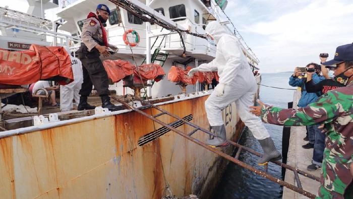 Evakuasi ABK WNI yang meninggal di kapal berbendera China (dok. Polda Kepri)