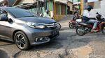 Miris! Jalan Penghubung Bekasi-Jakarta Rusak