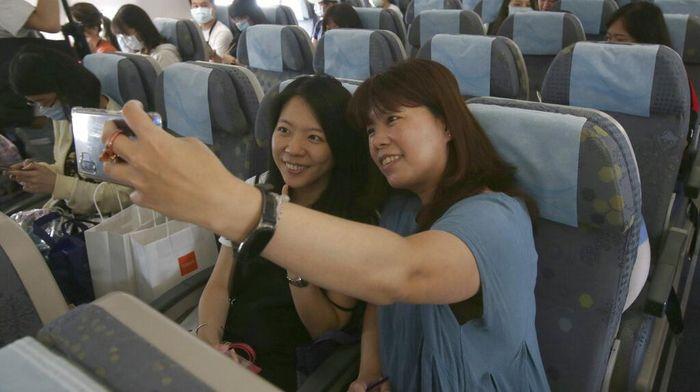 Pandemi COVID-19 membuat warga harus menunda kegiatan liburan. Meski begitu, di Taiwan ada kegiatan penerbangan palsu bagi warga untuk obati rindu naik pesawat.