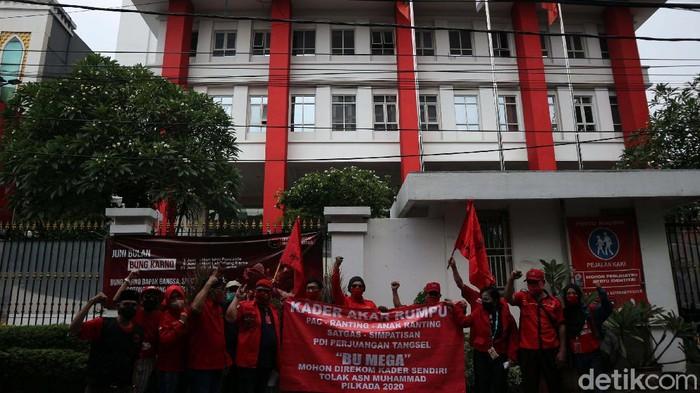 Kader akar rumput PDIP menyambangi kantor DPP PDIP di Jalan Diponegoro 58, Jakarta Pusat, Rabu (8/7). Aksi ini terkait surat rekomendasi Calon Wali Kota Taksel.