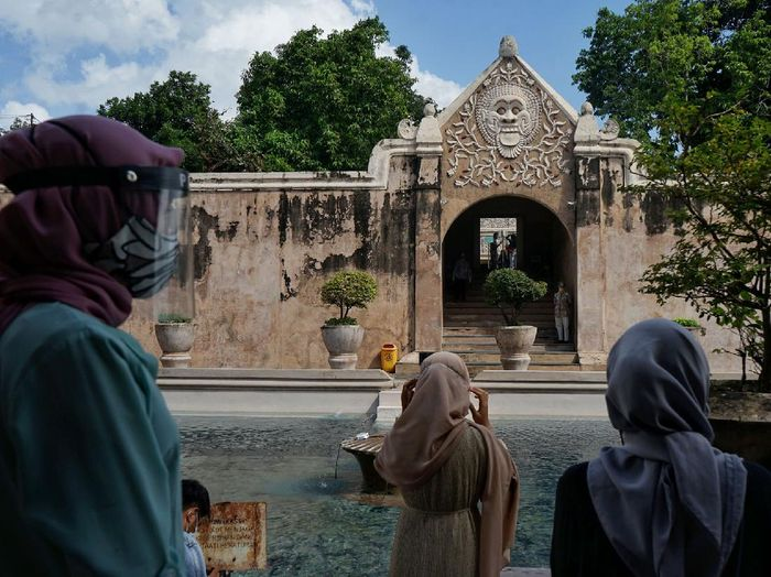 Objek wisata Taman Sari di Yogyakarta kembali dibuka hari ini, Rabu (8/7/2020). Para pengunjung pun diwajibkan untuk patuhi protokol kesehatan yang diterapkan.