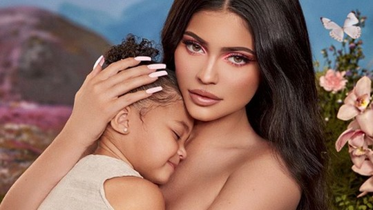 Kylie Jenner Dituding Operasi Payudara, Perubahannya Disorot