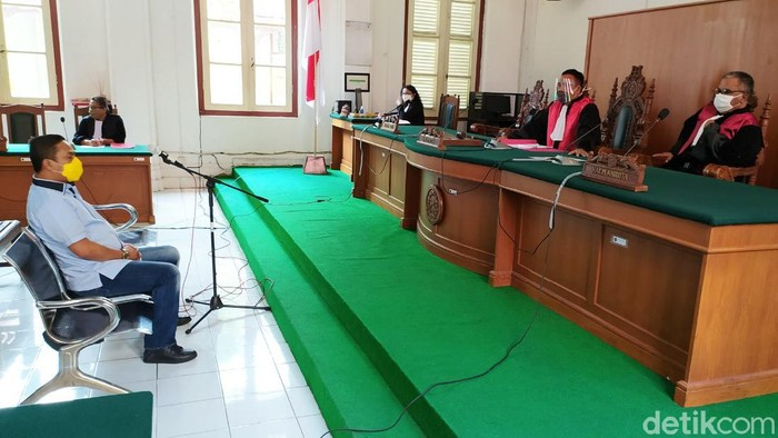 Majelis Hakim PN Makassar menjatuhkan vonis hukuman pidana 6 bulan dengan masa percobaan 10 bulan pada Wakil Ketua DPD I Golkar Sulsel.