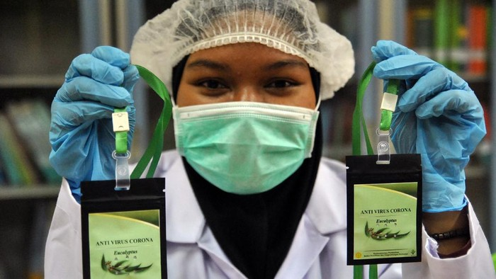 Sejumlah pekerja mengemas serbuk hasil pengolahan laboratorium nano teknologi di Balitbangtan, Balai Besar Litbang Pascapanen Pertanian, Cimanggu, Kota Bogor, Jawa Barat, Selasa (7/7/2020). Kementerian Pertanian meluncurkan inovasi produk berbasis tanaman eucalyptus yang digunakan sebagai aksesoris kesehatan yang disebut kalung aromaterapi eucalyptus sebagai antivirus dan mampu menambah daya tahan tubuh. ANTARA FOTO/Arif Firmansyah/hp.
